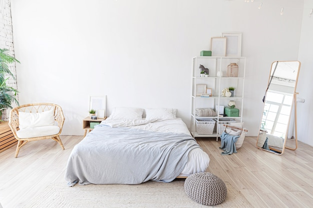 大きなベッド付きのスタイリッシュでモダンなベッドルーム