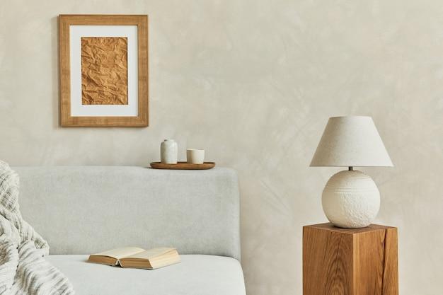 모의 포스터 프레임, 회색 우아한 소파, 나무 큐브, 우아한 램프 및 개인 액세서리가 있는 거실 인테리어의 세련되고 현대적인 구성. 중성 색상. 주형.