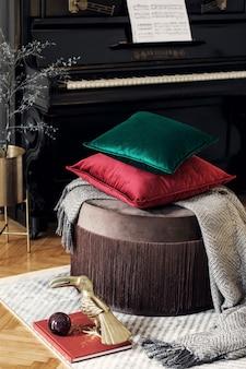 Стильный современный интерьер гостиной с дизайнерской подушкой и элегантным шаблоном личных аксессуаров