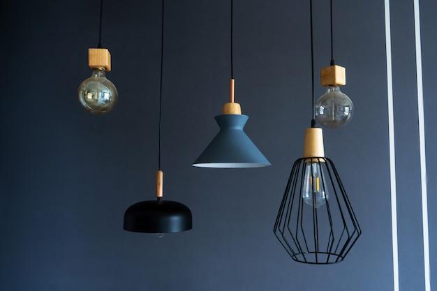 천장에 매달려 세련된 현대 램프