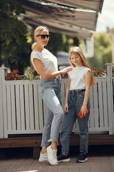 여름 도시에서 딸과 함께 세련된 어머니