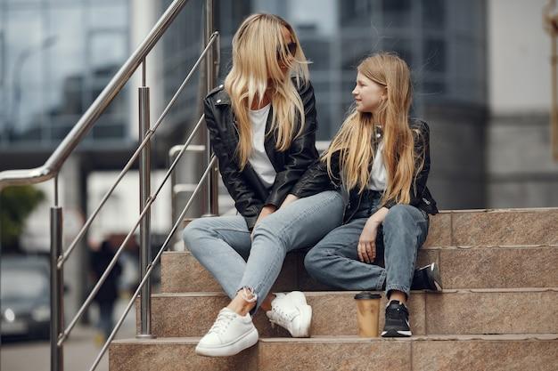 Стильная мать с дочерью в летнем городе