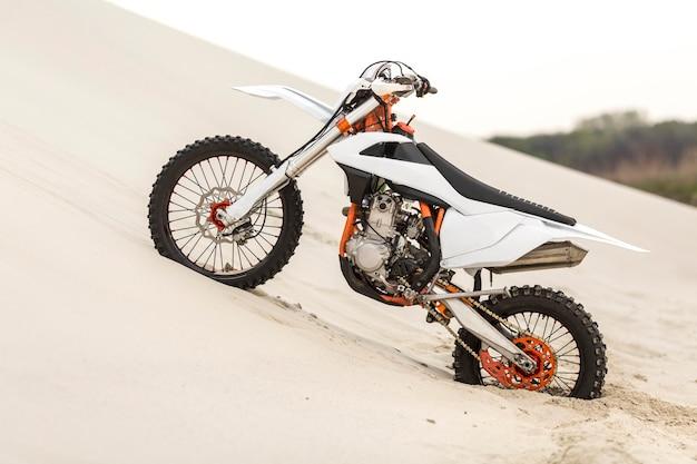 砂漠に駐車したスタイリッシュなバイク