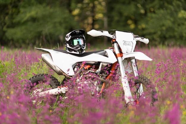 Moto elegante con casco sulla parte superiore
