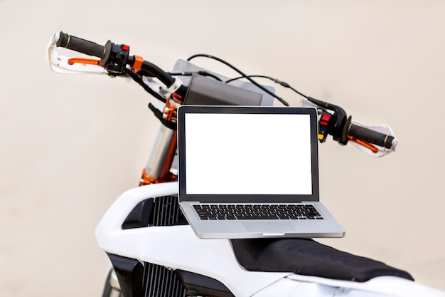Стильный мотоцикл с ноутбуком на вершине в пустыне