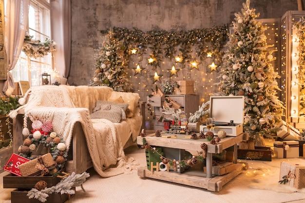 スタイリッシュな新年のインテリア、美しく装飾されたクリスマスツリーの下に包まれたギフト。