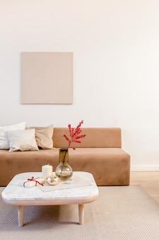 快適なソファで飾られたスタイリッシュな北欧のリビングルーム