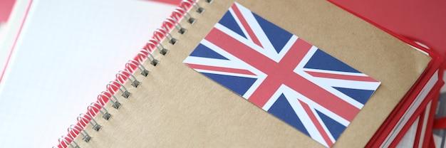 Стильный блокнот с флагом британии и тетрадями на столе