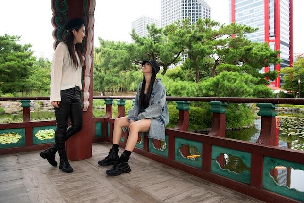 K-popの美学の服を着ているスタイリッシュな人々