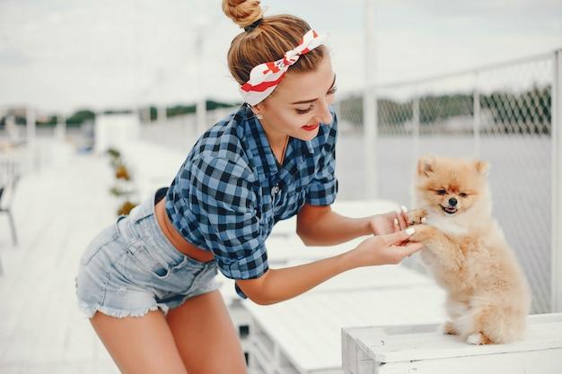 Стильная девушка в стиле пин-ап с маленькой собачкой Бесплатные Фотографии