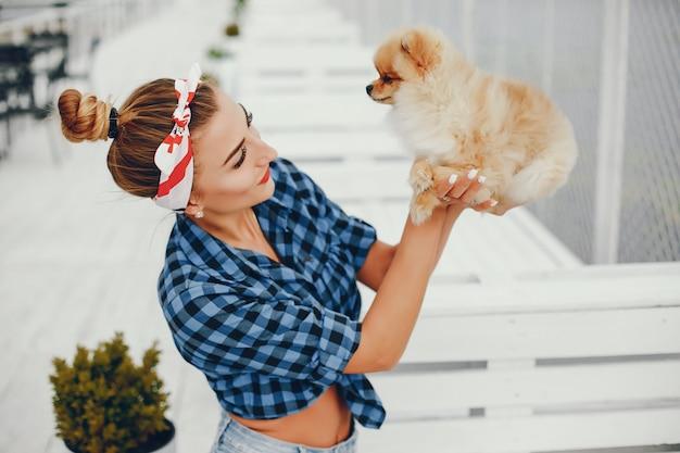 Стильная девушка в стиле пин-ап с маленькой собачкой