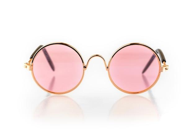 白い背景で隔離のスタイリッシュなピンクのメガネ