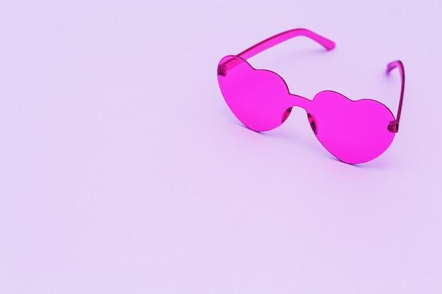 세련된 핑크 하트 모양의 안경