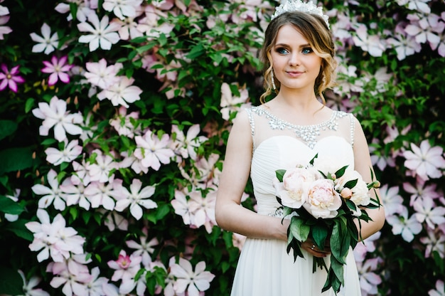 クラウンと牡丹の花束とスタイリッシュな肖像画の花嫁。