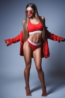 빨간 란제리와 선글라스를 쓴 완벽한 몸매를 가진 예쁜 소녀의 세련된 초상화