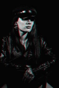 Стильный портрет молодой девушки в кожаной куртке и кепке