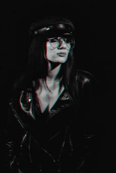革のジャケットと帽子の眼鏡をかけた少女のスタイリッシュな肖像画。 3dバーチャルリアリティグリッチ効果のある白黒アナグリフ