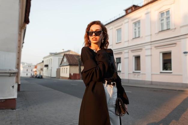 패션 블랙 착실히 보내다 세련된 예쁜 여자가 거리에 산책