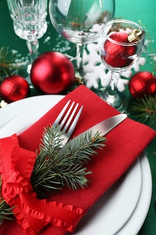 スタイリッシュな赤、緑、白のクリスマステーブルの設定