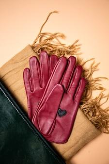 스카프, 평면도에 세련된 빨간 가죽 장갑