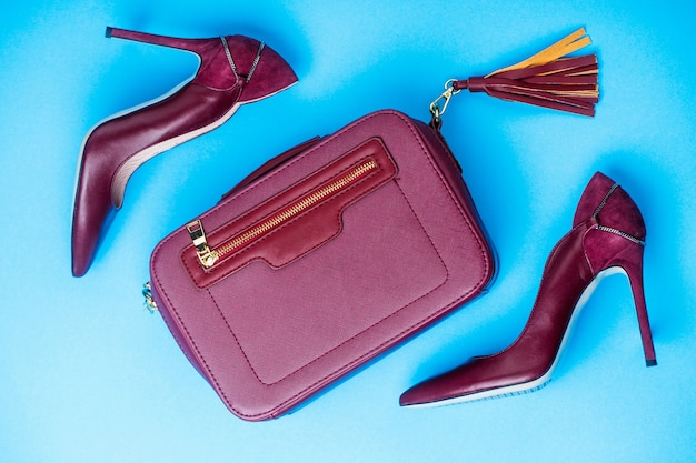 スタイリッシュな赤い女性の革のサンダルの靴。ハイヒールの女性の靴とバッグ。