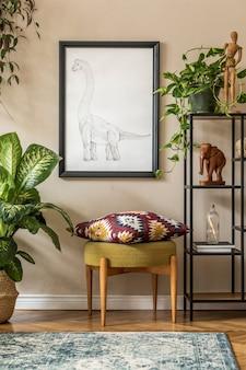 Стильная домашняя сцена в стиле ретро с черной рамкой для постеров, дизайнерской мебелью, множеством растений, полкой, ковром и элегантными личными аксессуарами. винтажный домашний декор. шаблон.