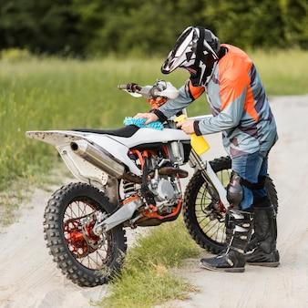 スタイリッシュなライダークリーニングバイク