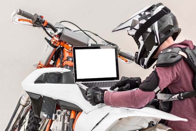 バイクの問題を診断しようとしているスタイリッシュなライダー