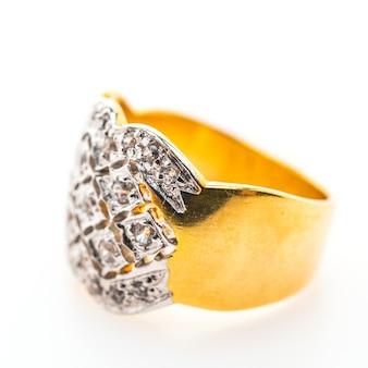 ダイヤモンド付きのスタイリッシュなリング