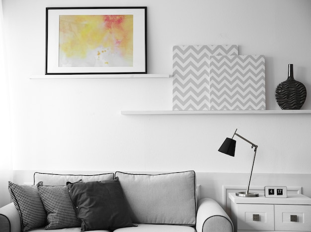 Стильный интерьер комнаты на фоне белой стены