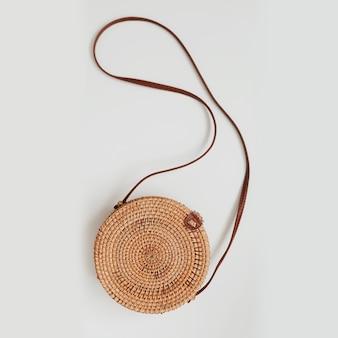 Стильная круглая плетеная сумка из ротанга, изолированная на белом