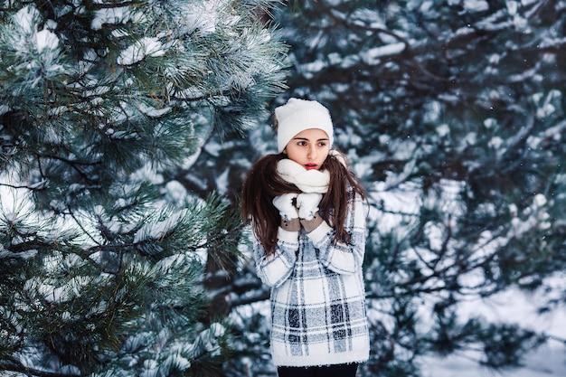 겨울 숲에서 세련 된 슬픈 소녀
