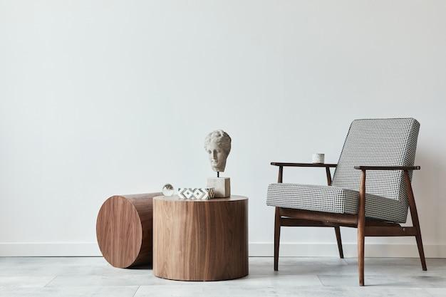 デザインアームチェア、木製のスツール、装飾、コピースペース、モダンな家の装飾のパーソナルアクセサリーを備えたリビングルームのスタイリッシュなスカンジナビアの構成。白い壁。