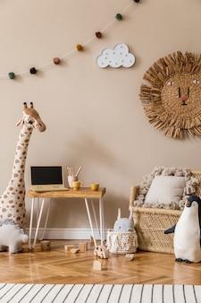Стильный скандинавский интерьер детской комнаты с натуральными игрушками, подвесными украшениями, дизайнерской мебелью, плюшевыми животными, плюшевыми мишками и аксессуарами. бежевые стены. дизайн интерьера детской комнаты. шаблон.