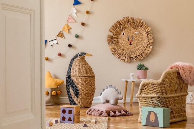 自然のおもちゃ、吊り下げ装飾、デザイン家具、ぬいぐるみ、テディベア、アクセサリーを備えた、スタイリッシュな北欧風の子供部屋。ベージュの壁。子供部屋のインテリアデザイン。 .