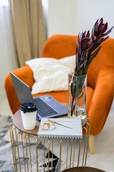 세련된 스칸디나비아 스타일의 거실에는 디자인 그린 벨벳 소파, 금색 푸프, 목재 가구, 선인장, 카펫, 큐브, 복사 공간 및 모의 포스터 프레임이 있습니다. 주형. . 고품질 사진