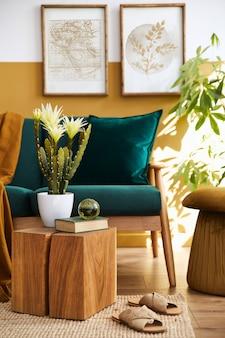 Стильный скандинавский интерьер гостиной с дизайнерским зеленым бархатным диваном, золотым пуфом, деревянной мебелью, растениями, ковром, кубом и рамками для постеров. шаблон.