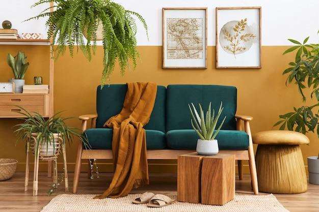 デザイングリーンのベルベットのソファとリビングルームのスタイリッシュなスカンジナビアのインテリア。