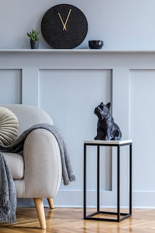 Стильный скандинавский интерьер гостиной с серым диваном в дизайне современного шаблона домашнего декора