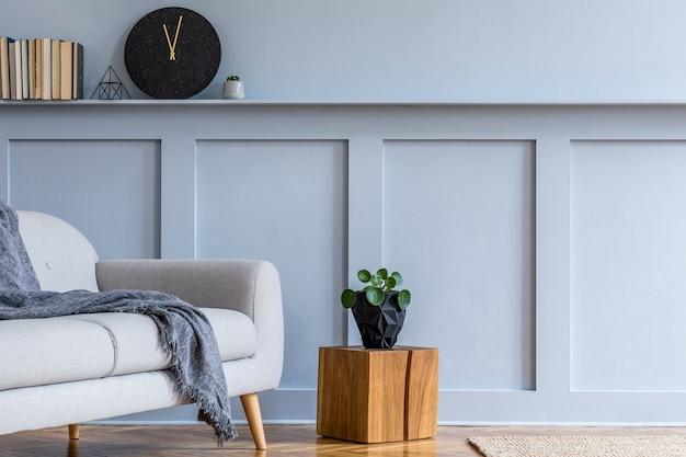 デザインのモダンな家の装飾テンプレートの灰色のソファとリビングルームのスタイリッシュなスカンジナビアのインテリア