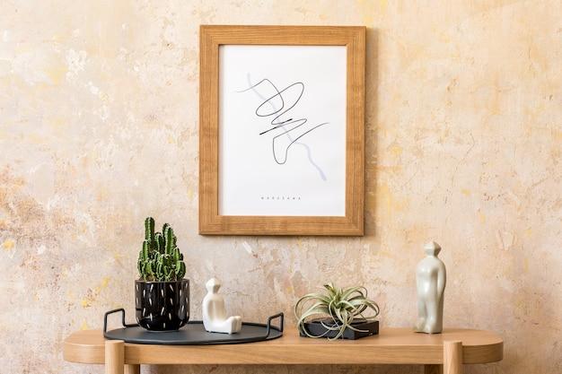 Стильный скандинавский интерьер гостиной с макетом рамки плаката, деревянной консолью, кактусами, воздушным растением, декором, гранжевой стеной и элегантными личными аксессуарами в современном домашнем декоре.