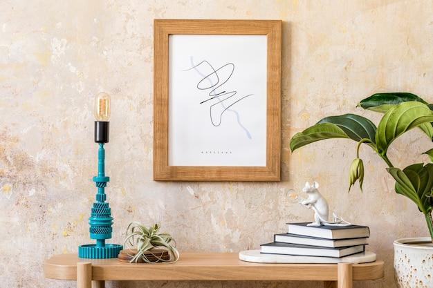 거실의 세련된 스칸디나비아 인테리어에는 모의 포스터 프레임, 나무 콘솔, 식물, 테이블 램프, 책, 장식, 그루지 벽 및 현대적인 가정 장식의 우아한 개인 액세서리가 있습니다.