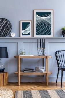 Стильный скандинавский интерьер с дизайнерским черным креслом, макет плаката, карта и элегантные аксессуары