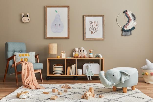 Стильный скандинавский интерьер детской комнаты с игрушками, украшениями и детскими аксессуарами.