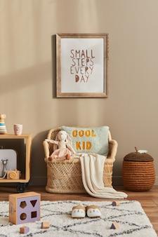おもちゃ、テディベア、ぬいぐるみ、籐のソファ、家具、装飾品、子供用アクセサリーを備えたスタイリッシュなスカンジナビアの子供部屋のインテリア。壁に茶色の木製ポスターフレーム。