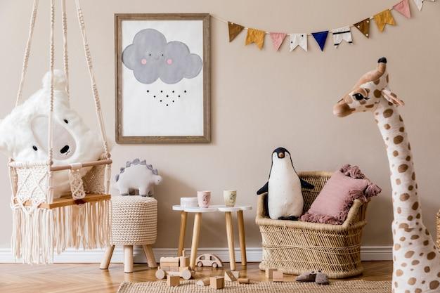 Стильная детская комната в скандинавском стиле с макетом постера, игрушками, плюшевым мишкой, плюшевым животным, натуральным пуфом и детскими аксессуарами. современный интерьер с бежевым фоном стен. шаблон. дизайн домашней постановки.