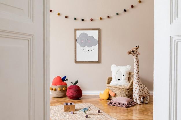 모의 포스터, 장난감, 테디 베어, 봉제 동물, 천연 푸프 및 어린이 액세서리가 있는 세련된 스칸디나비아 어린이 방. 베이지색 배경 벽이 있는 현대적인 인테리어입니다. 주형. 디자인 홈 스테이징.