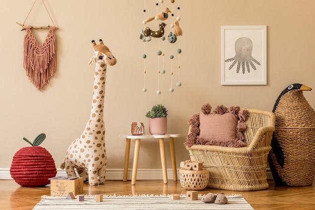 Стильная детская комната в скандинавском стиле с плакатом, игрушками, плюшевым мишкой, плюшевым животным, натуральным пуфом и детскими аксессуарами. современный интерьер с бежевой стеной. дизайн домашней постановки.