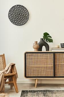 木製のcommode、デザインのアームチェア、カーペット、花瓶の葉、本、ユニークな家の装飾のパーソナルアクセサリーを備えたモダンなアパートメントのスタイリッシュなスカンジナビアのリビングルームのインテリア。レンプレート。