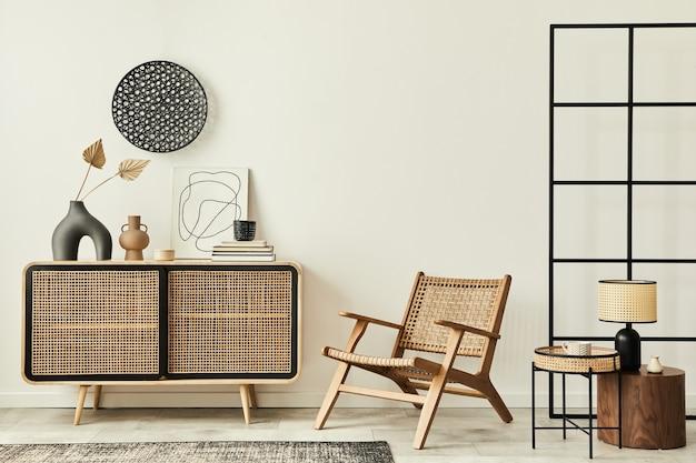 木製のcommode、デザインのアームチェア、カーペット、花瓶の葉、テーブルランプ、ユニークな家の装飾のパーソナルアクセサリーを備えたモダンなアパートメントのスタイリッシュなスカンジナビアのリビングルームのインテリア。レンプレート。